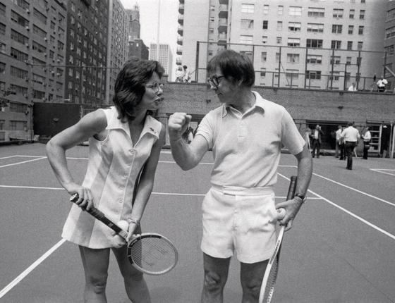Billie Jean e Riggs fazem troça num clube de tênis (Foto:  Bettmann Archive/Getty Images)
