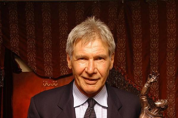 Pelo jeito Harrison Ford aprendeu uma coisa ou duas com seus personagens Han Solo e Indiana Jones. O astro usou seu helicóptero para salvar duas pessoas que ficaram presas em uma montanha enquanto caminhavam. (Foto: Wikimedia/Fred943)