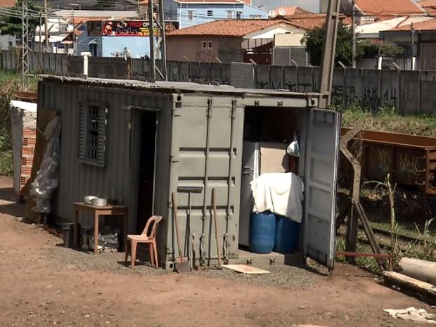 Casal de Campinas mora em um conteiner em Campinas (Foto: Reprodução EPTV)