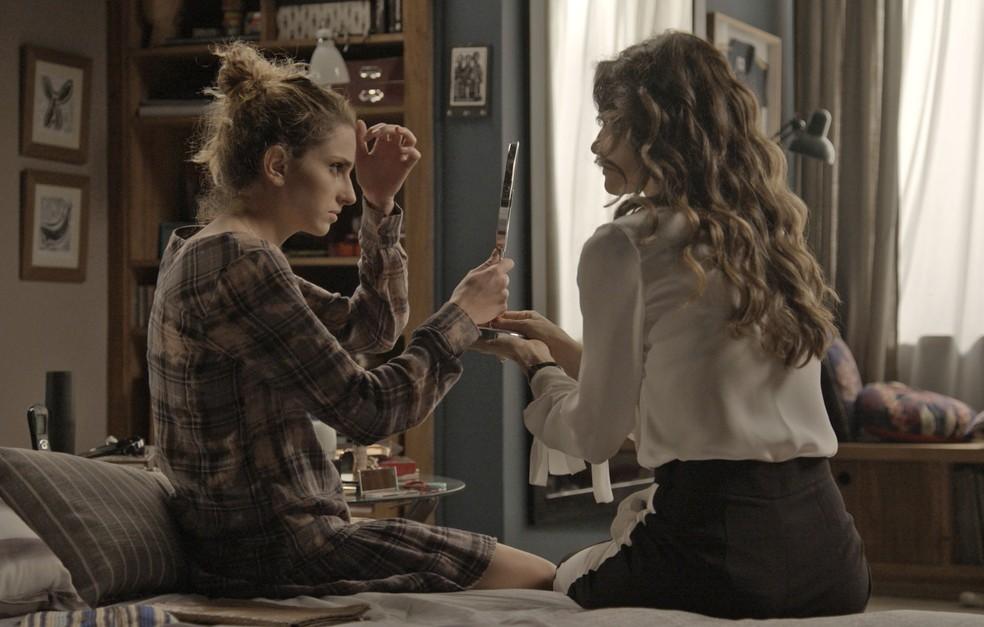 Ivana pede ajuda de Joyce para usar sombra (Foto: TV Globo)