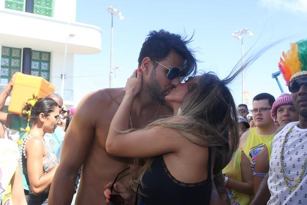 Nicole Bahls e namorado no trio da Ivete em Salvador (Foto: Thiago Duran/AgNews)