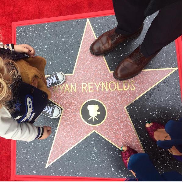 Ryna Reynolds, Blake Lively e uma das filhas com os pés na estrela do ator (Foto: Instagram)