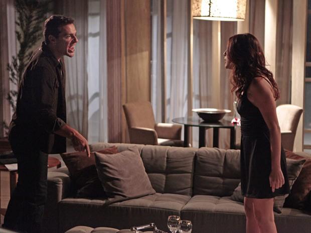 Théo assume que dormiu com Lívia, mas nada mudou entre ele e Érica (Foto: Salve Jorge/TV Globo)