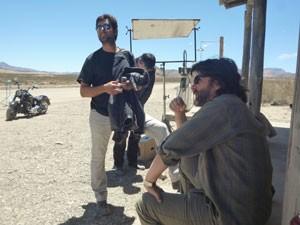 O produtor Leonardo Machado e Cesar Troncoso durante as filmagens de 'A oeste do fim do mundo' (Foto: Divulgação)