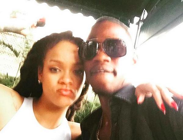 A cantora Rihanna com o primo que foi morto na noite de Natal (Foto: Instagram)