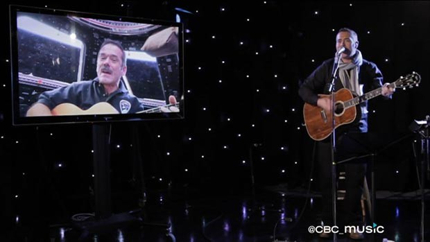 Chris Hadfield, na estação espacial, e Ed Robertson, na Terra, fazem dueto musical (Foto: CBC Music/via BBC)