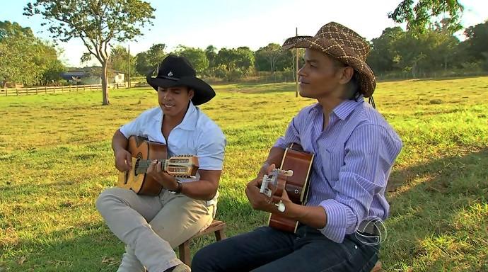 Dupla sertaneja Edu e Emanuel , do município de Poconé, tocam na Sala Musical (Foto: Reprodução/É Bem MT)