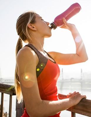 euatleta Corredora bebendo água (Foto: Getty Images)