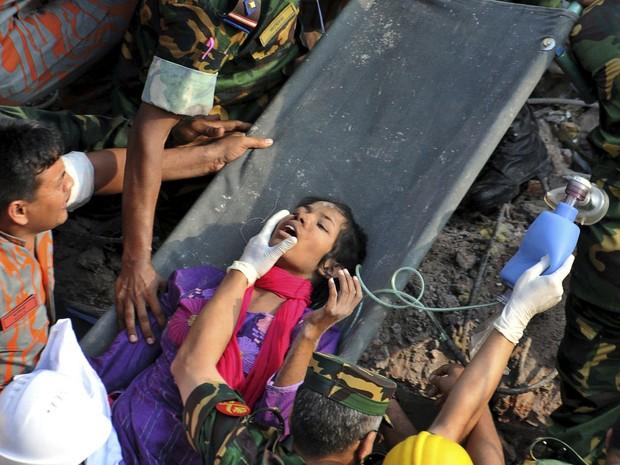 Mulher é resgatada com vida 17 dias após prédio desabar em Bangladesh (Foto: AP)