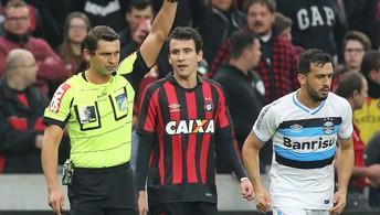 Grêmio joga mal e perde  por 2 a 0 para o Atlético-PR (Giuliano Gomes/Agência PR Press)