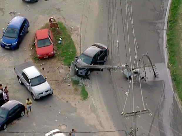 Poste caiu na via após acidente (Foto: Reprodução/TV Bahia)
