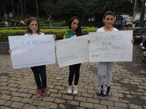 Maysa (a direita) e as amigas participaram da 1º manifestação (Foto: Carolina Paes/G1)