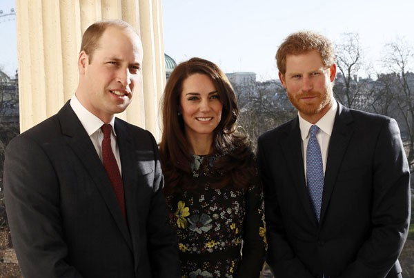 Príncipe William, Kate Middleton e Príncipe Harry durante um dos eventos da campanha Heads Together (Foto: Getty Images)