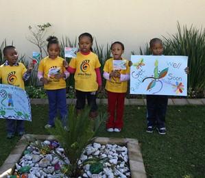 Crianças cantam em frente à casa do ex-presidente da África do Sul, Nelson Mandela,  para demonstrar apoio à sua recuperação. Mandela  está há cinco dias internado para tratar uma grave infecção pulmonar  (Foto: AP Photo/Themba Hadebe)