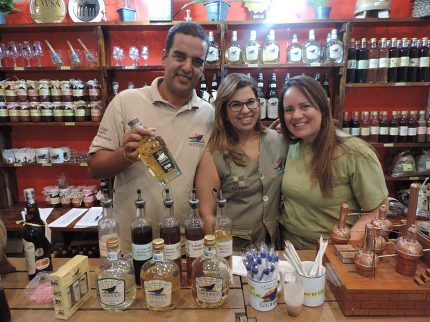 Equipe do estande da cachaça Sanhaçu comemora vendas (Foto: Moema França/G1)