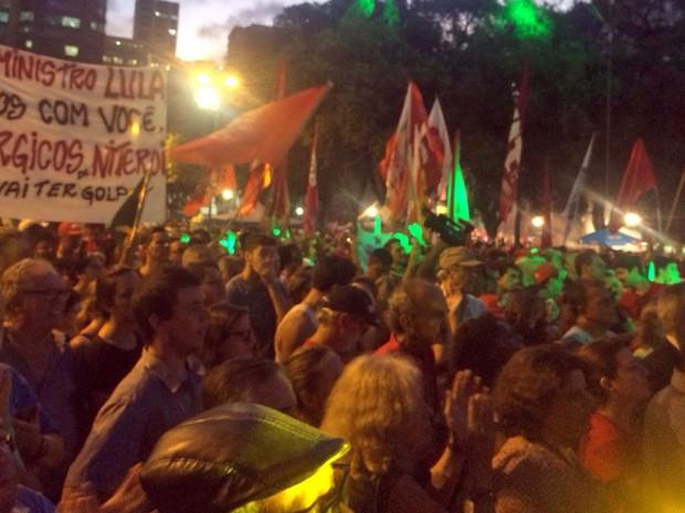 Faixa em defesa de Lula foi erguida na Praça 15 (Foto: Daniel Silveira/G1)