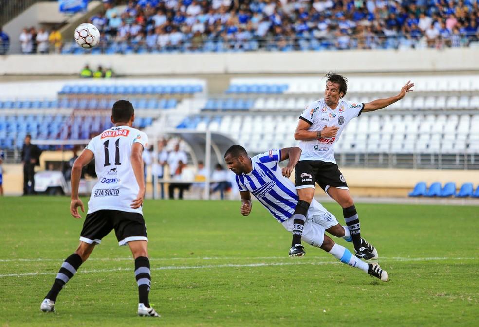 Leandro Kível foi marcado de perto pela defesa azulina (Foto: Ailton Cruz/Gazeta de Alagoas)