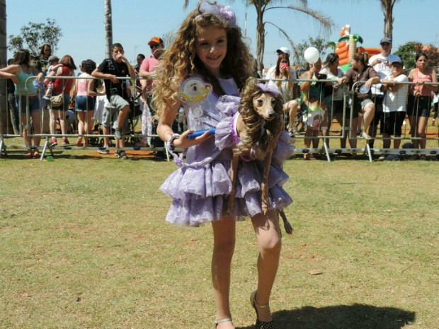 Título de cão mais parecido com o dono foi para a cadela Lorithy, da raça Italian Greyhound (Foto: Caio Gomes Silveira / G1)