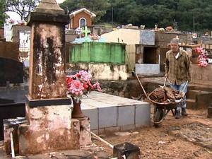 Dificuldade de andar pelo cemitério de Ribeirão Bonito é alvo de reclamações (Foto: Felipe Lazzarotto/EPTV)