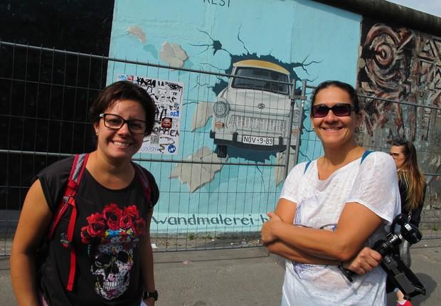 Fernanda Moura e Taciana Mello diante de um trecho do Muro de Berlim, na Alemanha (Foto: The Girls on the Road)