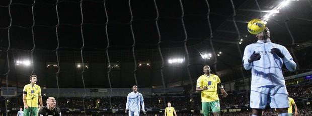 Balotelli faz gol de ombro (Foto: Reuters)