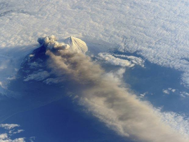 Foto feita da ISS mostra erupção do vulcão Pavlof (Foto: Nasa/Divulgação via Reuters)