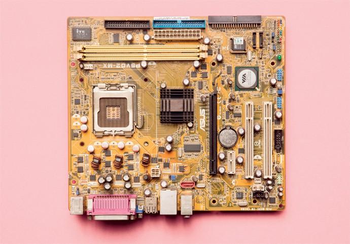 Em um defeito comum, placas-mãe param de funcionar pela inutilização dos capacitores, responsáveis por cargas elétricas (Foto: Thomás Arthuzzi)