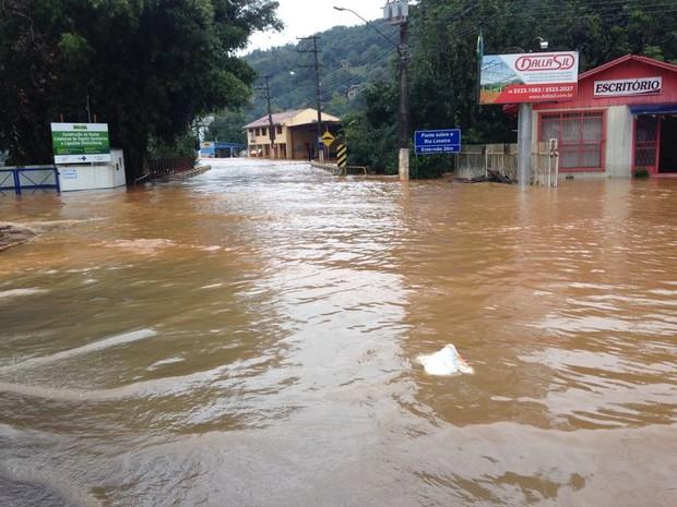 Água estava a cerca de um metro acima do asfalto em frente à ponte sobre o rio Limeira, entre Luzerna e Joaçaba (Foto: Lucas Neves/RBS TV)