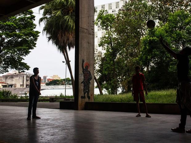 Estudantes brincam durante ocupação na Escola Estadual Caetano de Campos (Foto: Victor Moriyama/G1)