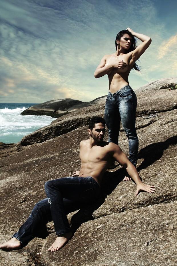 Vívian Cristinelle , Miss Bumbum Minas Gerais, faz ensaio sensual ao lado de modelo (Foto: Divulgação MBB4)