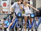 Leonardo DiCaprio e Kelly Rohrbach são clicados em clima de romance