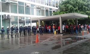 Sem-teto quebram porta de vidro em ocupação no Ministério da Fazenda