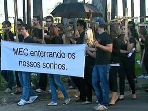 Estudantes de medicina da UFSCar fazem protesto de luto em São Carlos (Foto: Ely Venâncio/EPTV)