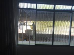 Vidros de casas do entorno da fábrica da Imbel quebraram (Foto: Marina Proton/G1)