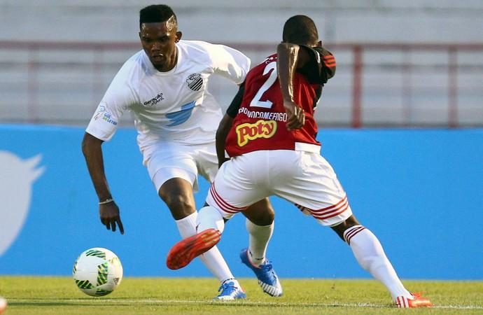 Samuel Eto'o, Come-Fogo Botafogo-SP x Comercial-SP (Foto: THIAGO CALIL/PHOTOPRESS/ESTADÃO CONTEÚDO)