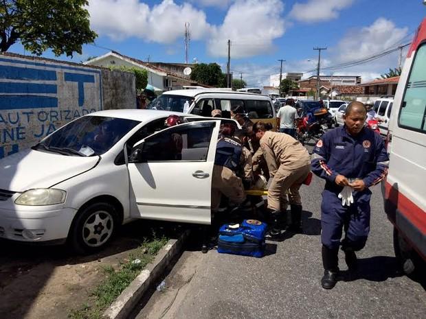 Colisão entre Van escola e um carro de passeio deixa duas pessoas feridas (Foto: Walter Paparazzo/G1)