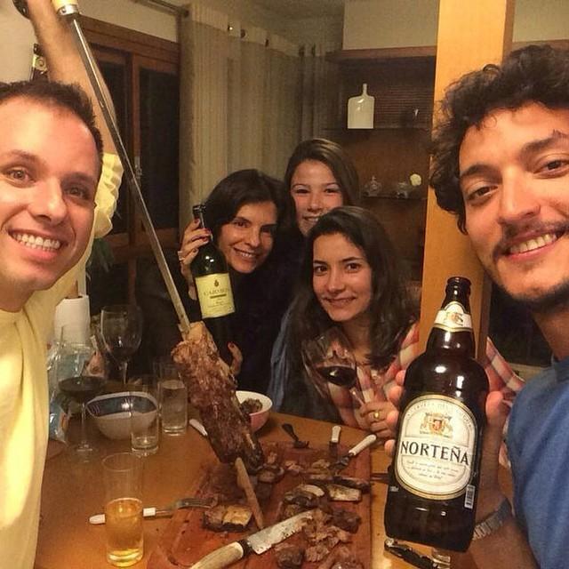 Helena Ranaldi e o namorado, Allan Souza, curtem churrasco com amigos (Foto: Reprodução/Instagram)