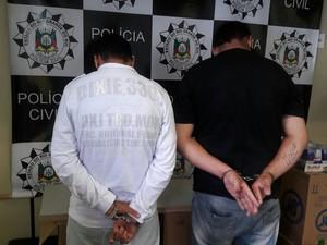 Dupla foi presa em flagrante na Zona Norte de Porto Alegre (Foto: Divulgação/Polícia Civil)