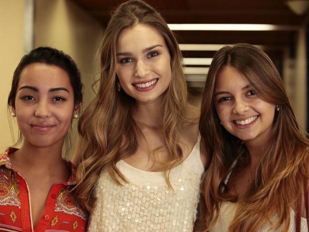 Raquel Bertani posa ao lado da irmã Fernanda Bertani (à dir.) e da amiga Ana Paula (à esq.) (Foto: Guerra dos Sexos/TV Globo)