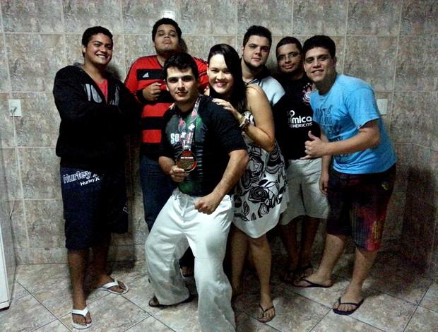 Lucas com os amigos que fizeram vaquinha para ele disputar a Copa do Mundo de jiu-jítsu (Foto: Richard Pinheiro/Globoesporte.com)