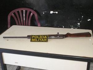 Rifle calibre 22, usado para matar o cachorro, foi apreendido pela Rádio Patrulha do 14° BPM (Foto: Divulgação/Polícia Militar)