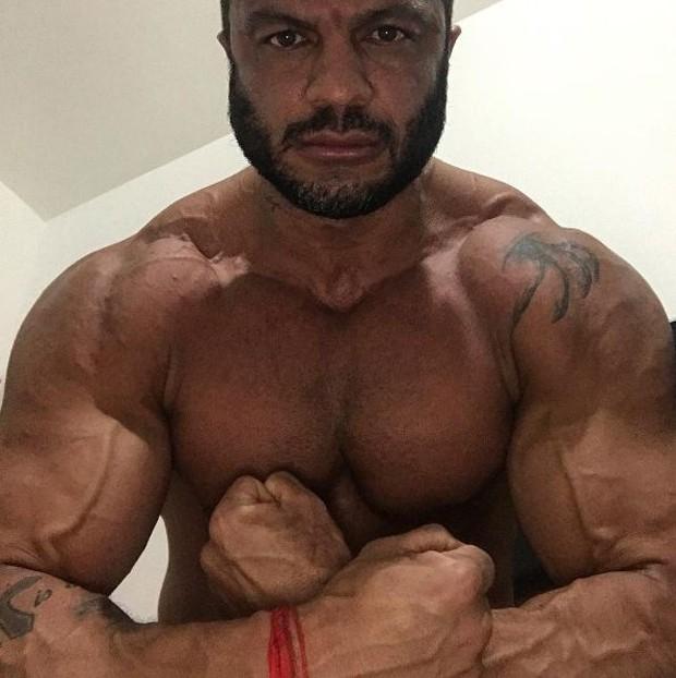 Kleber Bambam exibindo seus músculos (Foto: Reprodução/Instagram)