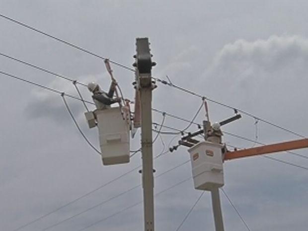 Problema da falta de água foi causado pela queda de 10 postes de energia.  (Foto: reprodução/ TV Tem )