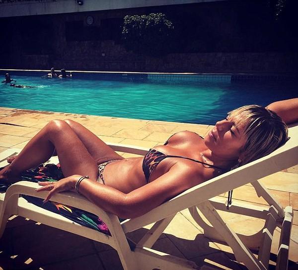 A agente da polícia Federal Mari Ag exibe suas curvas em fotos de biquíni nas redes sociais (Foto: Reprodução / Instagram)