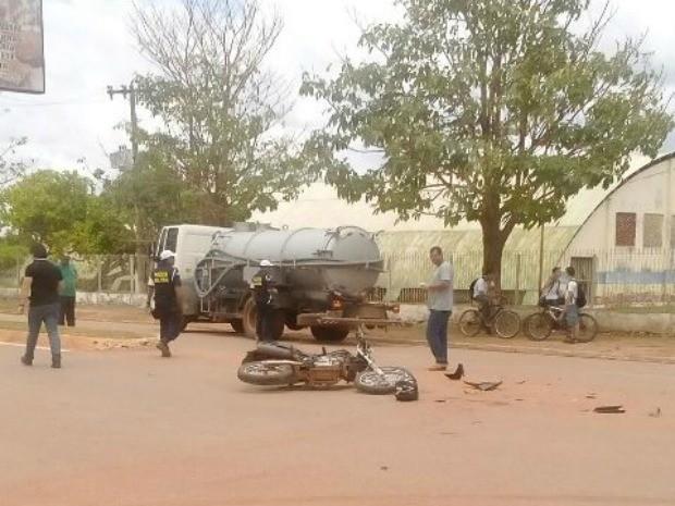 Moto atingiu caminhão no cruzamento entre avenidas (Foto: Reprodução/Whatsapp)