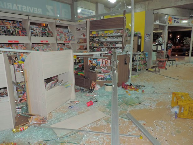 Quadrilha destrói supermercado ao explodir caixa eletrônico na Bahia