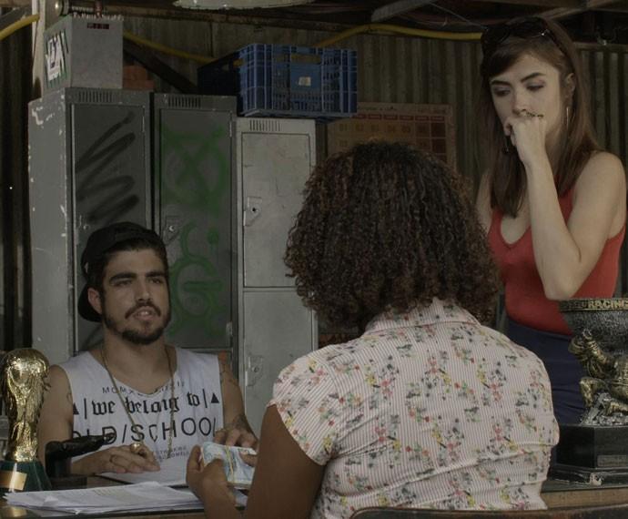 Arquiteta observa o mandachuva de Paraisópolis negociar com Deodora (Foto: TV Globo)