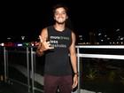 Rodrigo Simas sobre assédio de fãs: 'Rolam uns apertões na bunda'