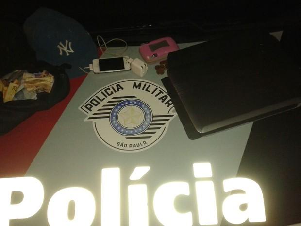De acordo com a PM, com ele foram encontrados celulares, carregadores, laptop, um boné, dinheiro, entre outros objetos.  (Foto: Polícia Militar/Divulgação)