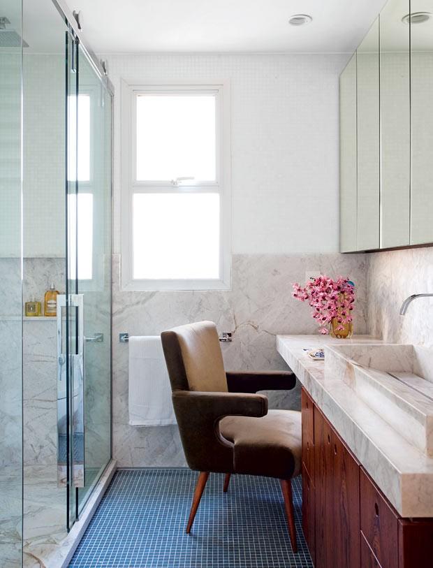 Banheiro-bancada-boxe-marmore-branco-piso-pastilhas-de-vidro-poltrona-veludo (Foto: Marco Antonio/Editora Globo)